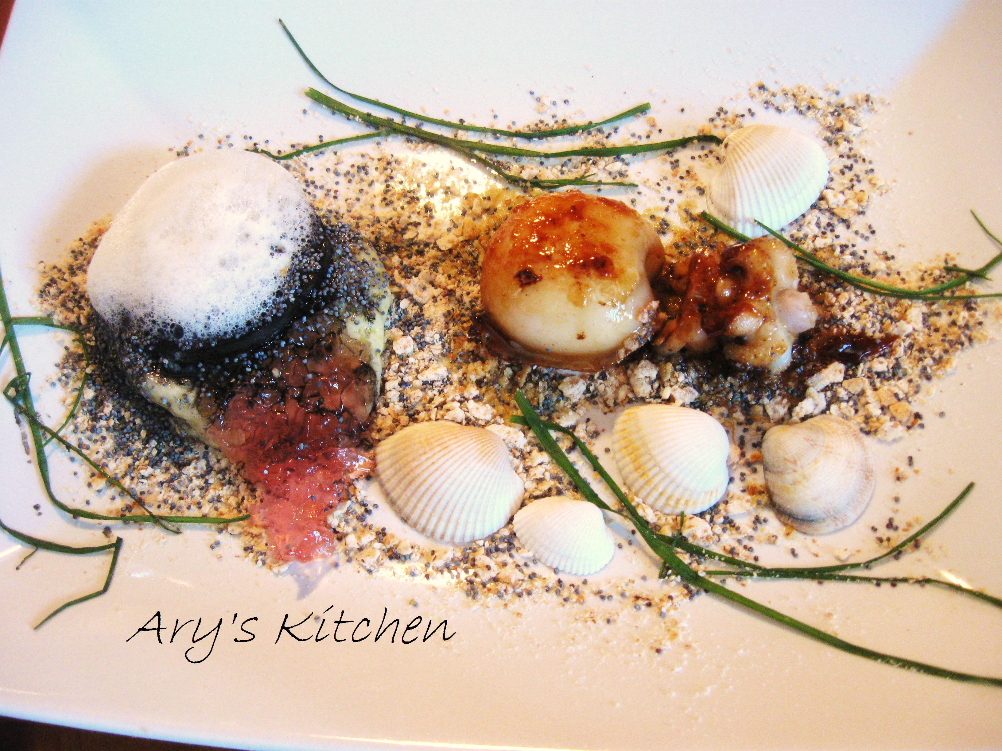 IL MARE IN SPIAGGIA: Sabbia di pane scuro e semi di papavero con seppia caramellata e ostrica di patate al nero di seppia farcita di mousse di patate, gel di pomodoro e aria di seppia.