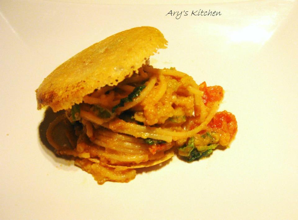 Spaghetti 5 con cavolo verza, pomodorini, pepe nero, pane toscano grattato su ostrica di pecorino di Pienza buccia nera.