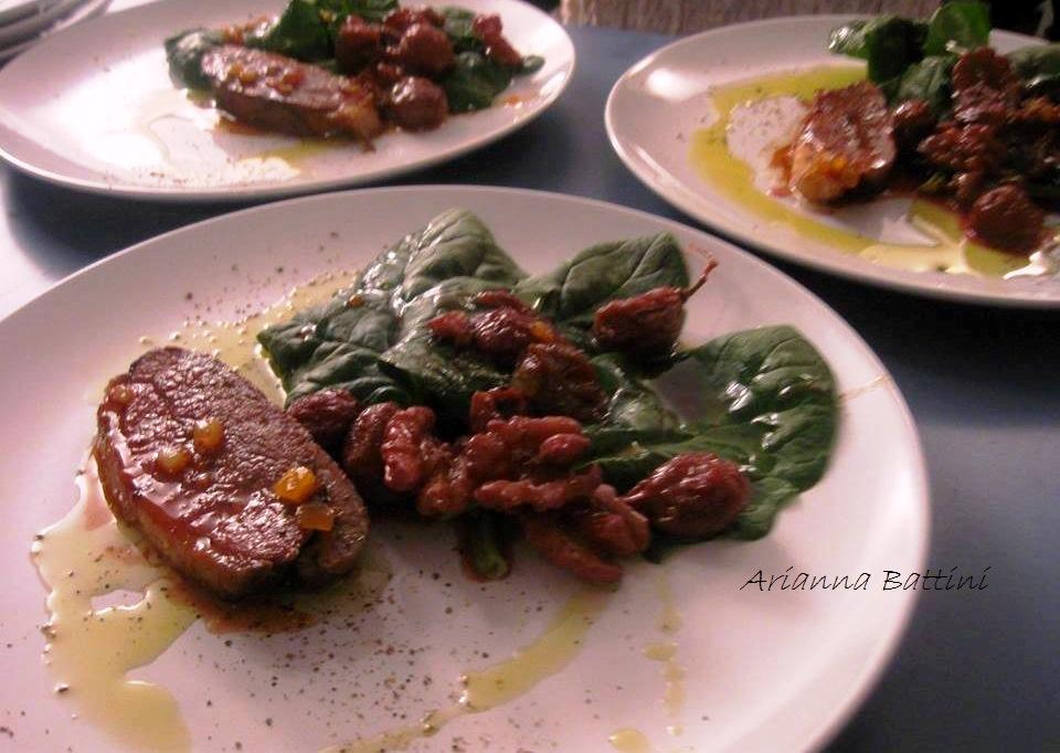 Petto di anatra glassato al miele di arancia con insalatina di spinaci freschi con uva nera e noci .
