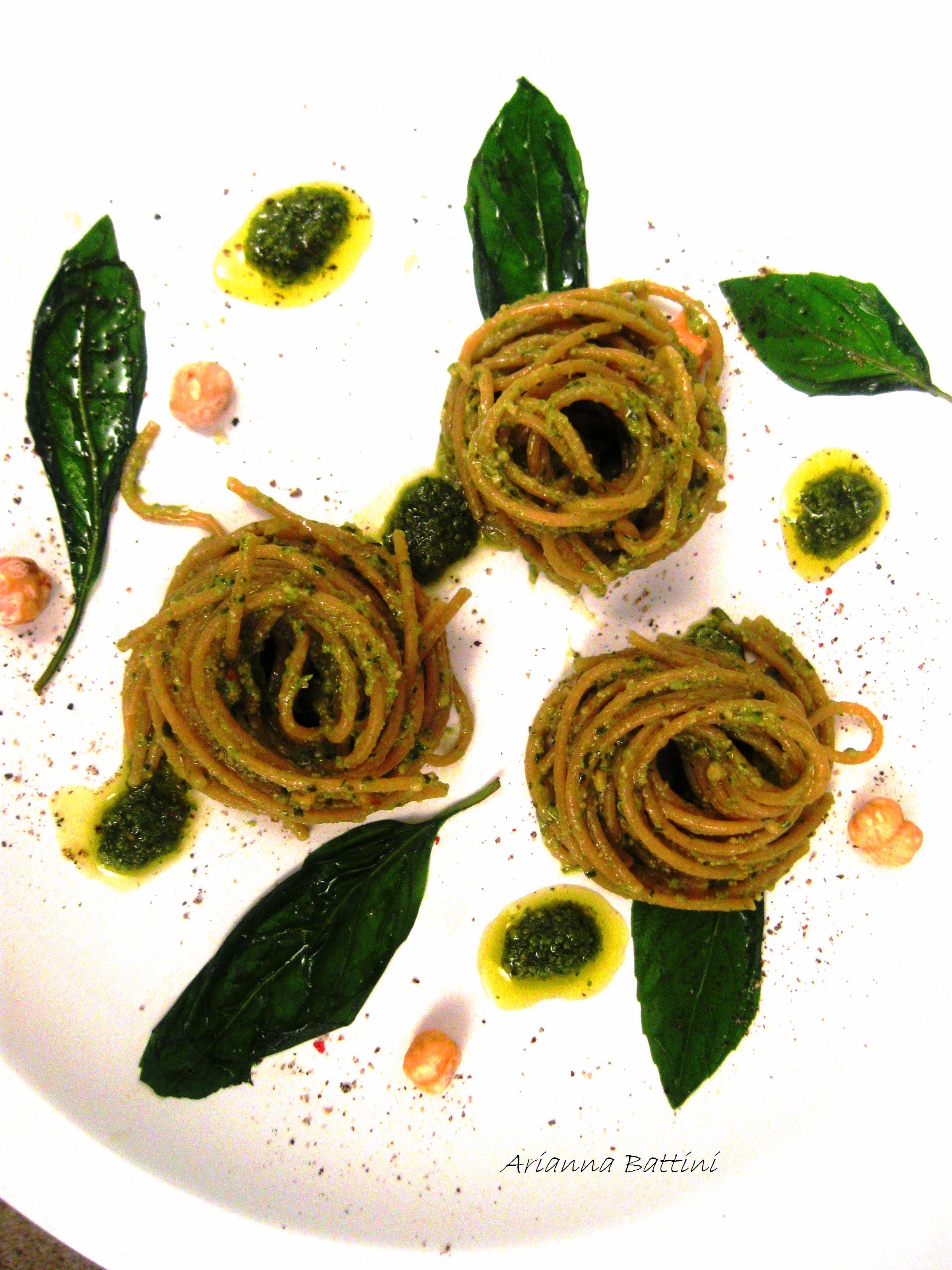 Spaghetto integrale con pesto di basilico e nocciole.