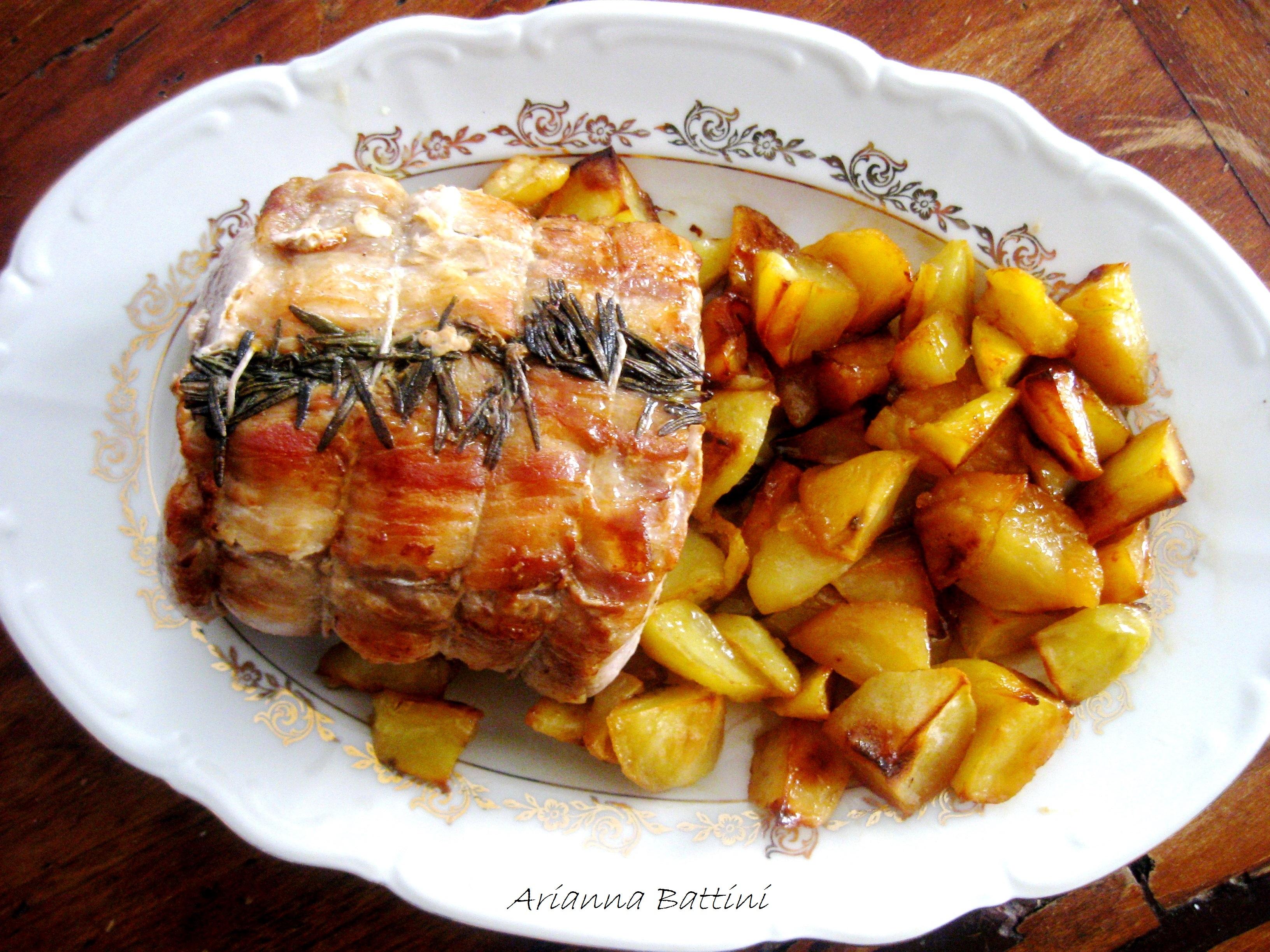 Una semplice Arista Lardellata al forno con patatine.