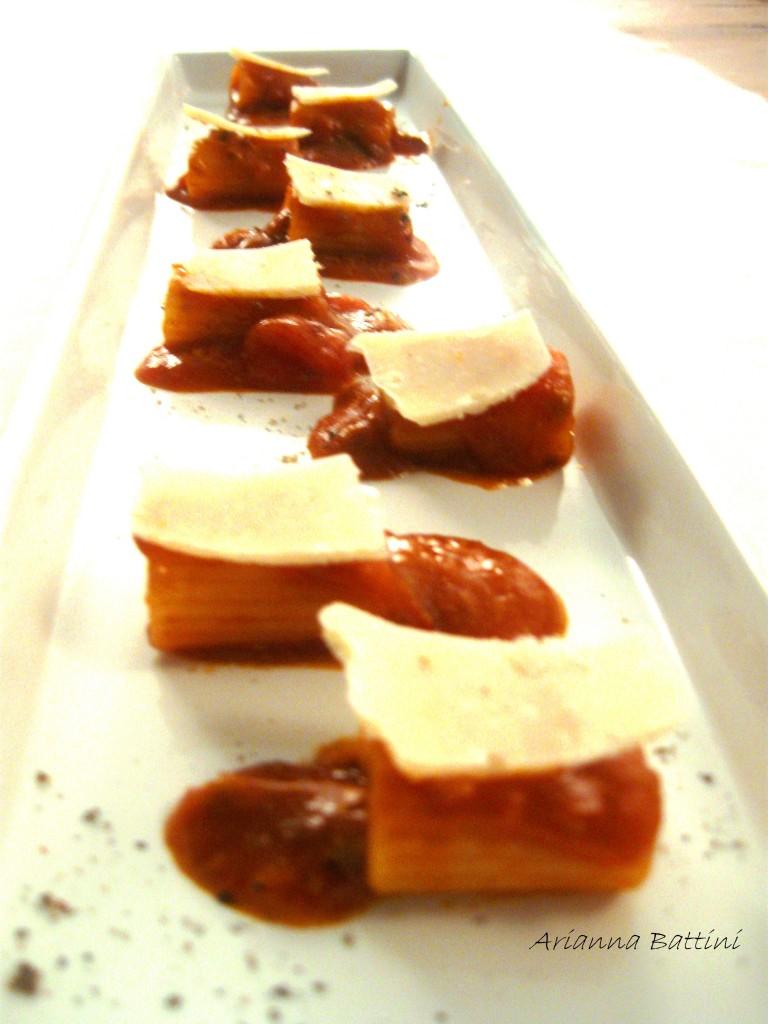 Rigatoni con ragu' al Morellino di Scansano e scaglie di Parmigiano reggia