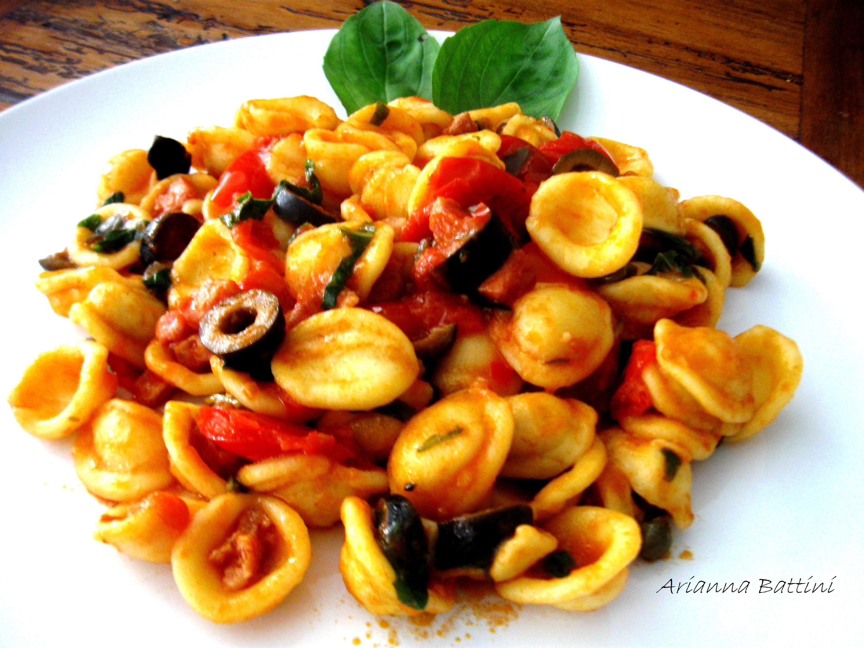 Orecchiette fresce con pomodorini, olive nere, capperi, pancetta affumicata, basilico fresco, olio evo, peperoncino.