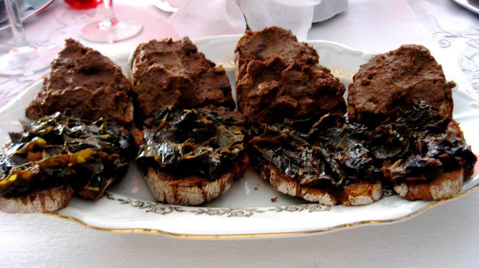 Crostini di fegatini e di cavolo nero