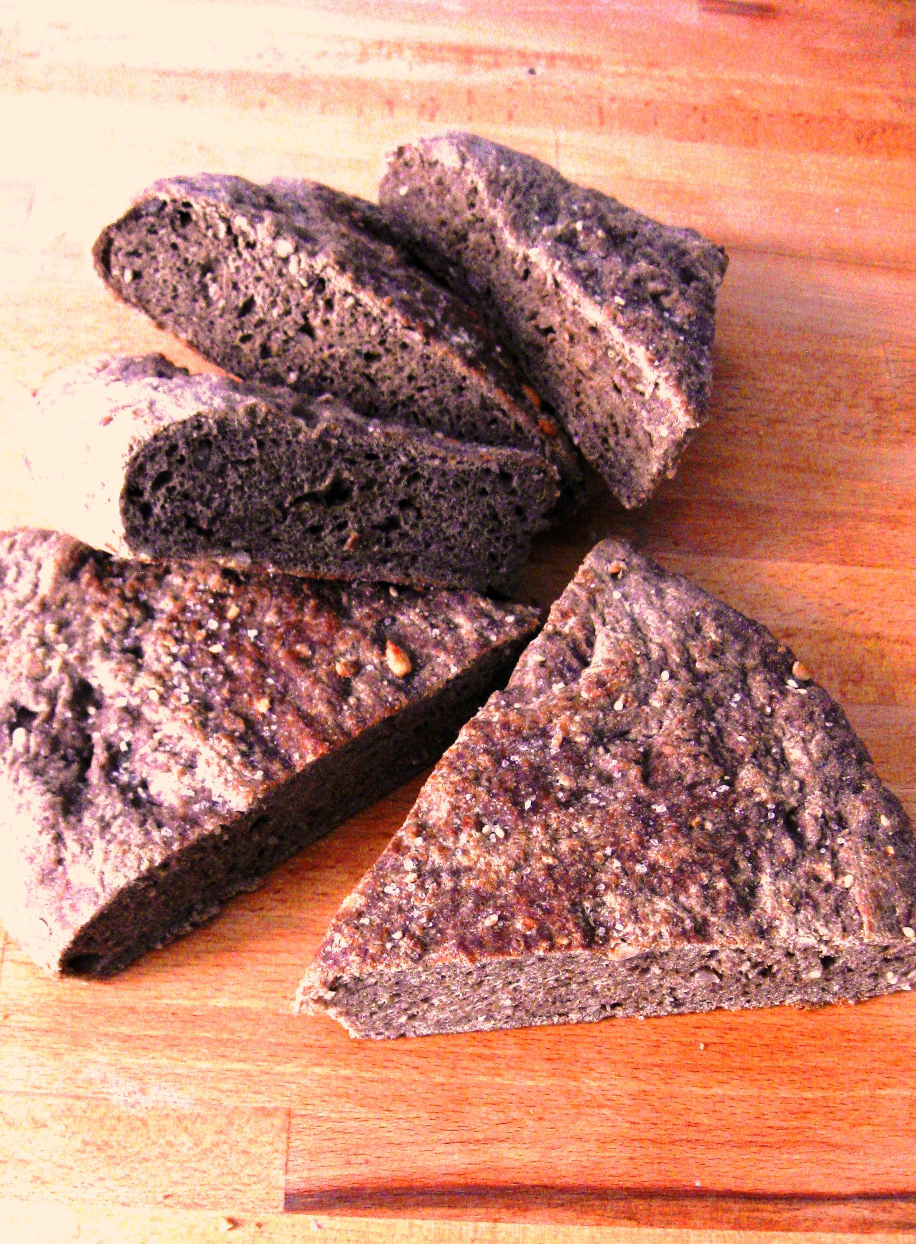FOCACCIA NERA ai 7 cereali con farine di : segale-orzo-farro-avena-mais-riso-grano tenero 00 bio