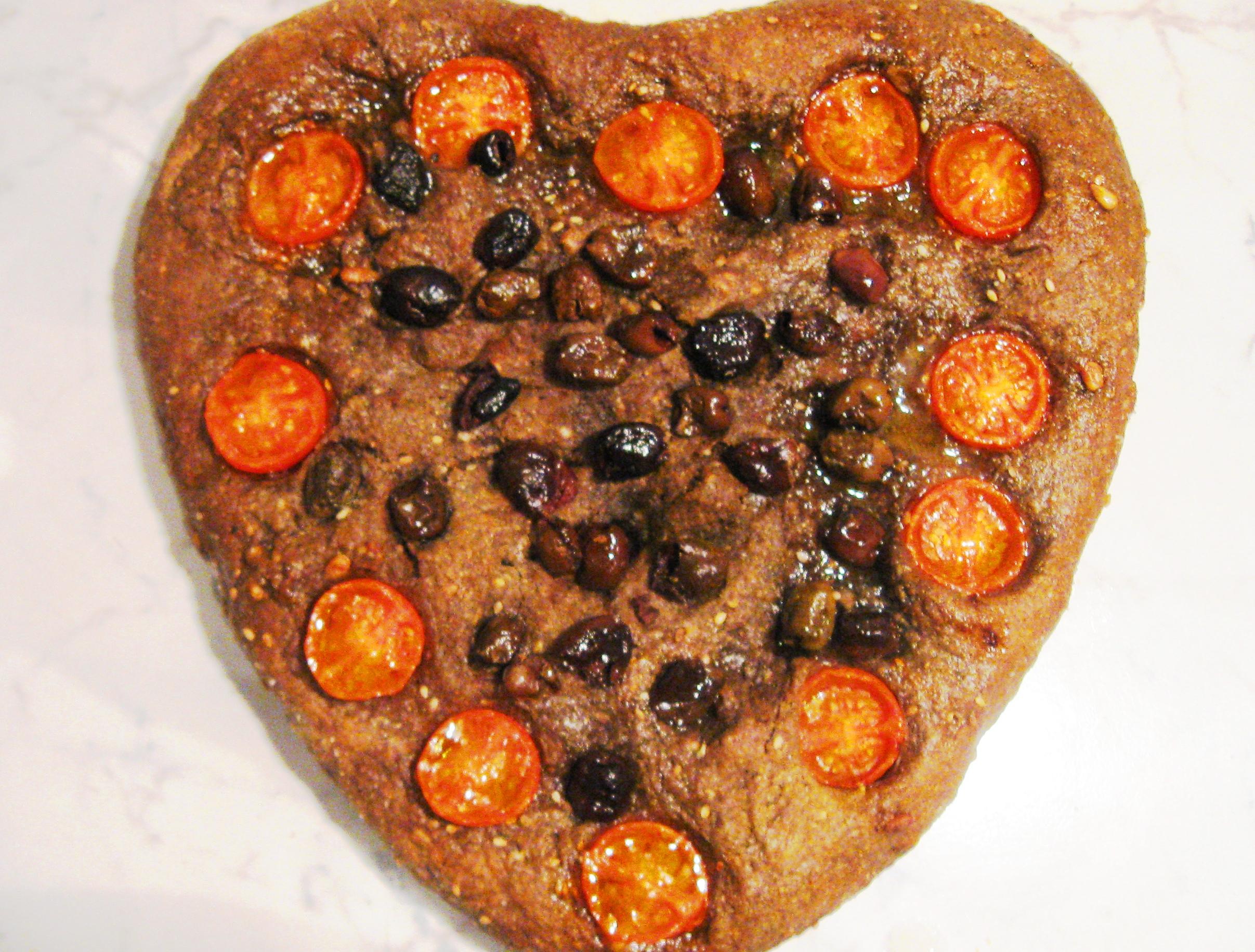 Focaccia nera con olive taggiasche e pomodorini