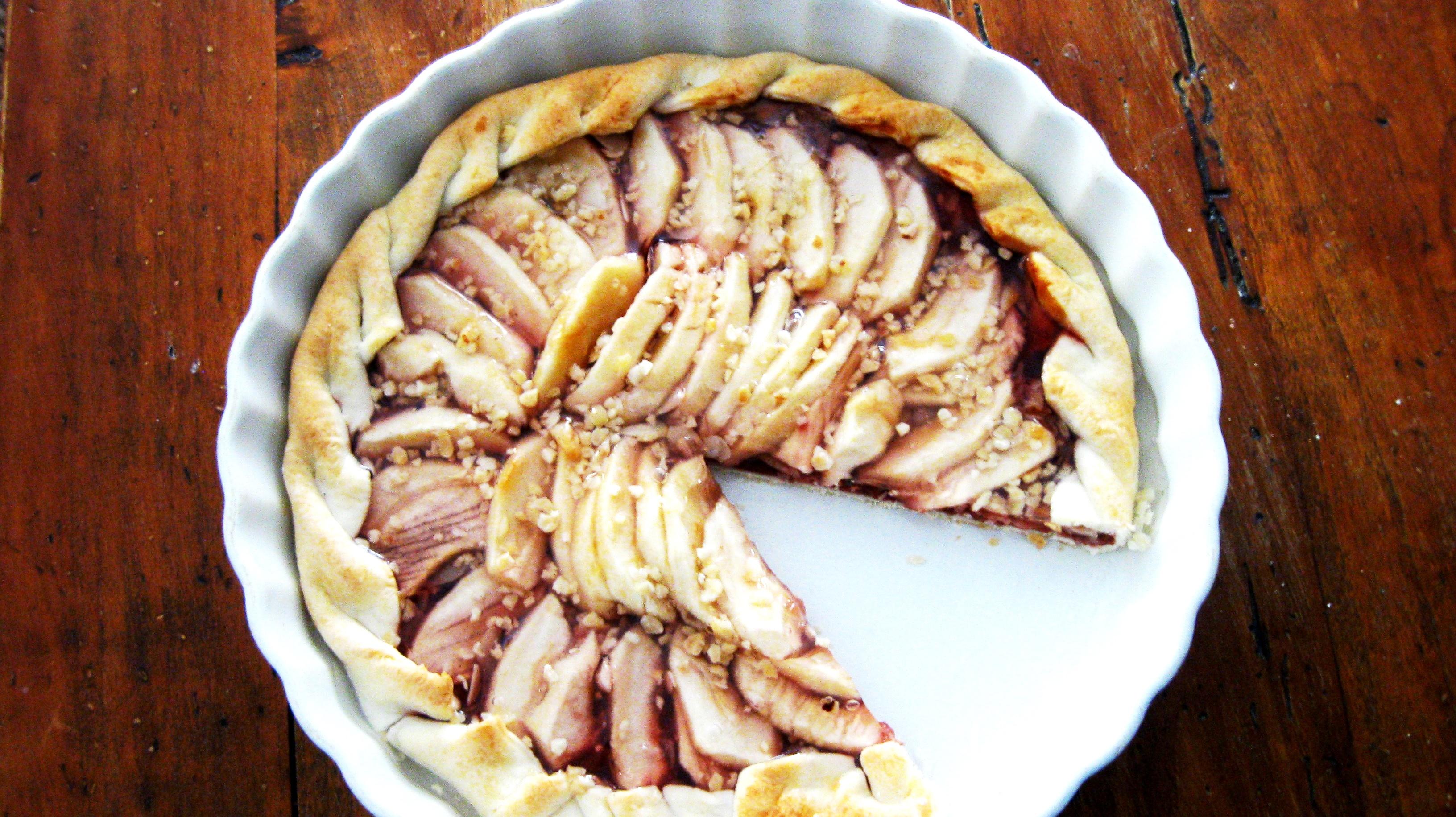 Torta briseè con marmelata homemade di ciliegie , mele renette , mandorle e top di gelatina