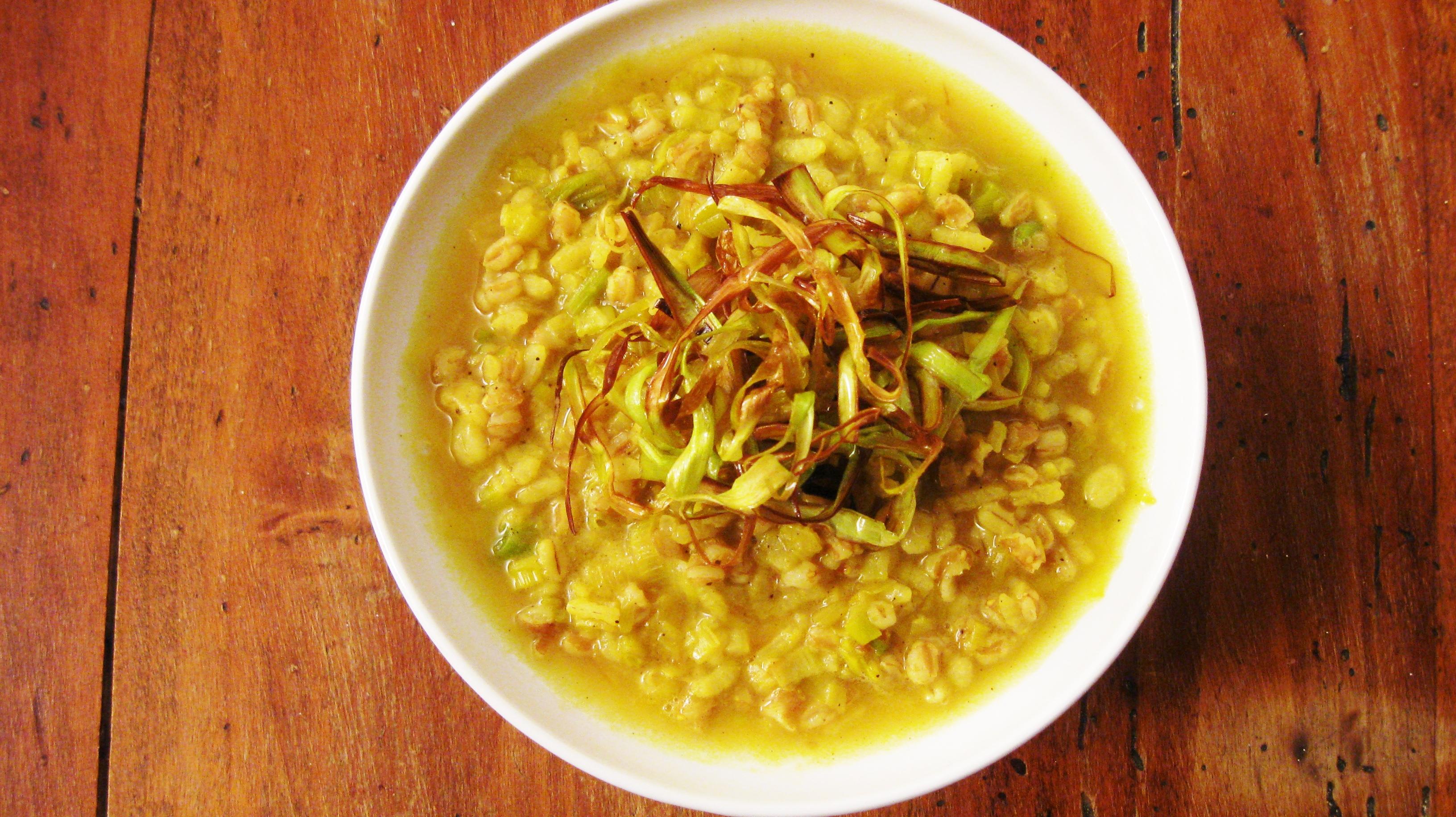 Zuppa di farro, orzo, riso con porri e curry.