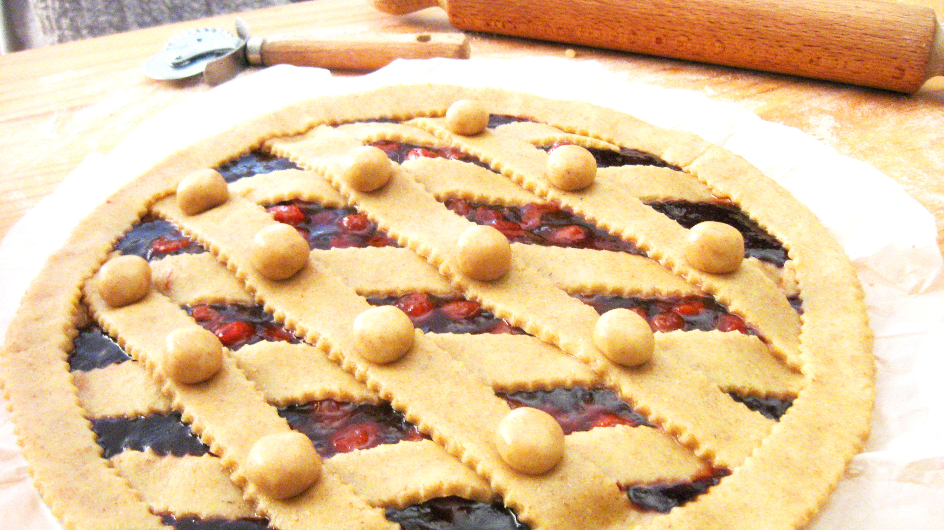 Crostata integrale con marmellata homemade di amarene e top di fragoline in sciroppo homemade