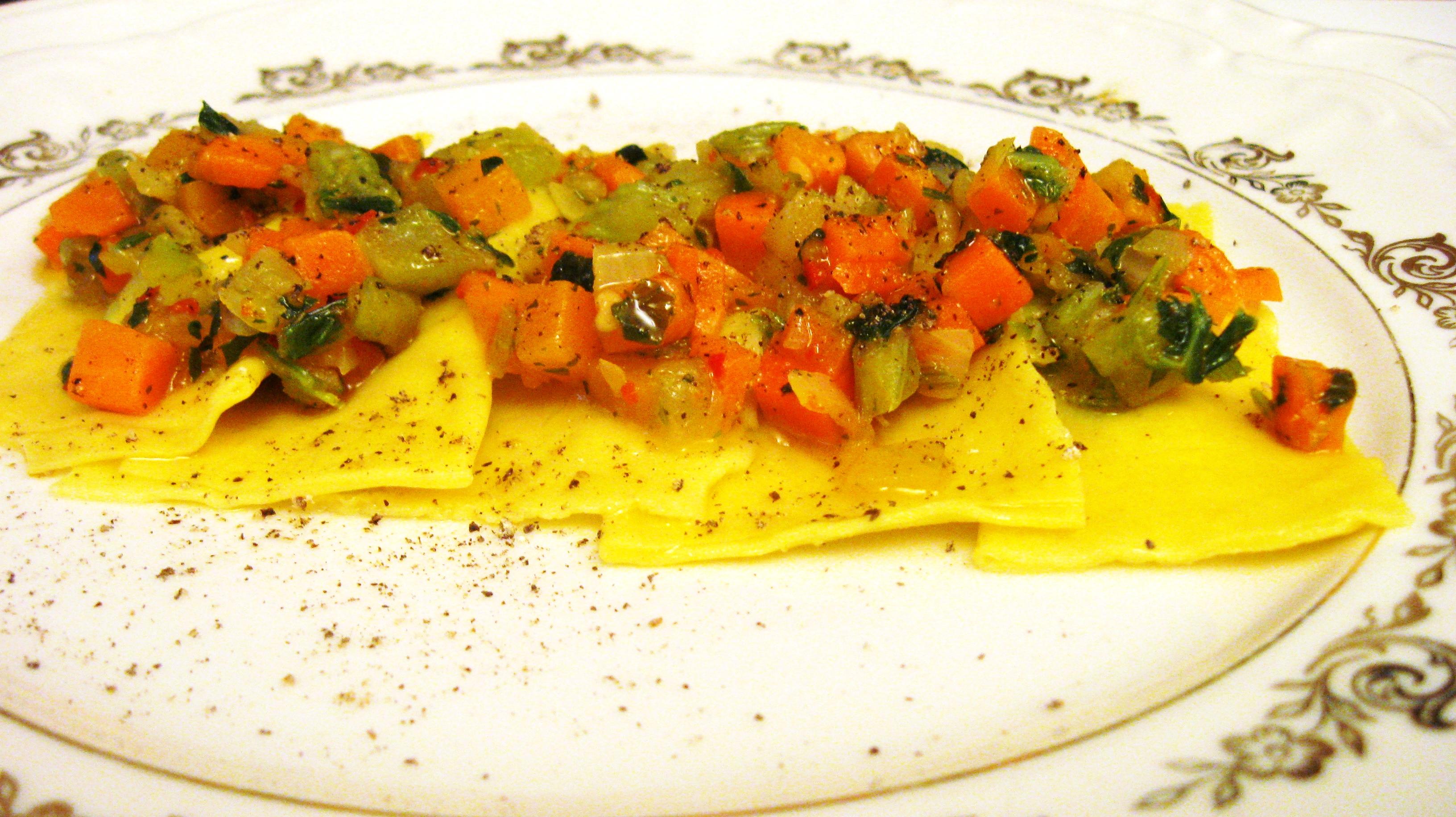 Ravioli fatti in casa di ricotta con verdurine