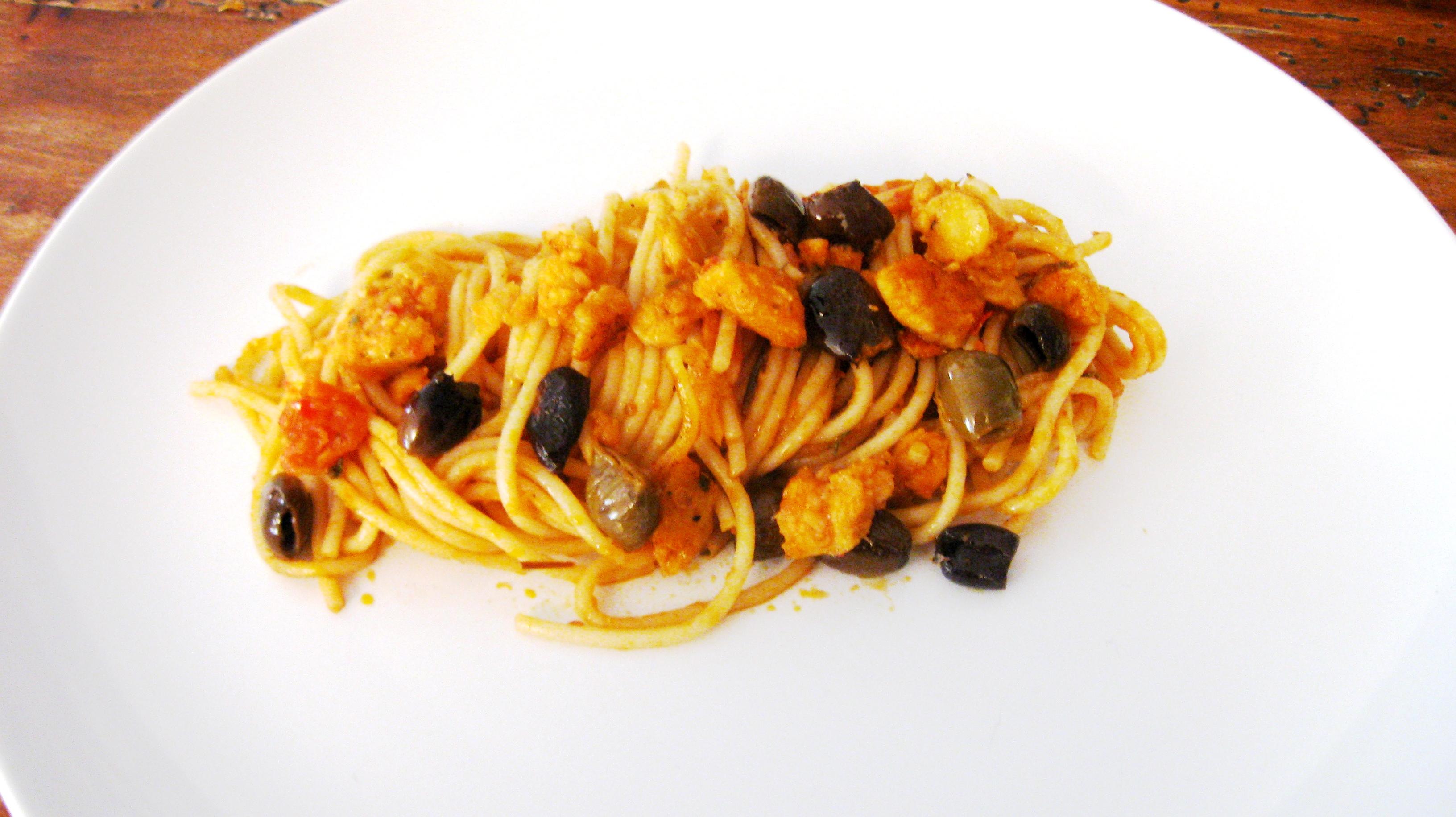 Spaghetti integrali con merluzzo, olive, pomodorini e peperoncino