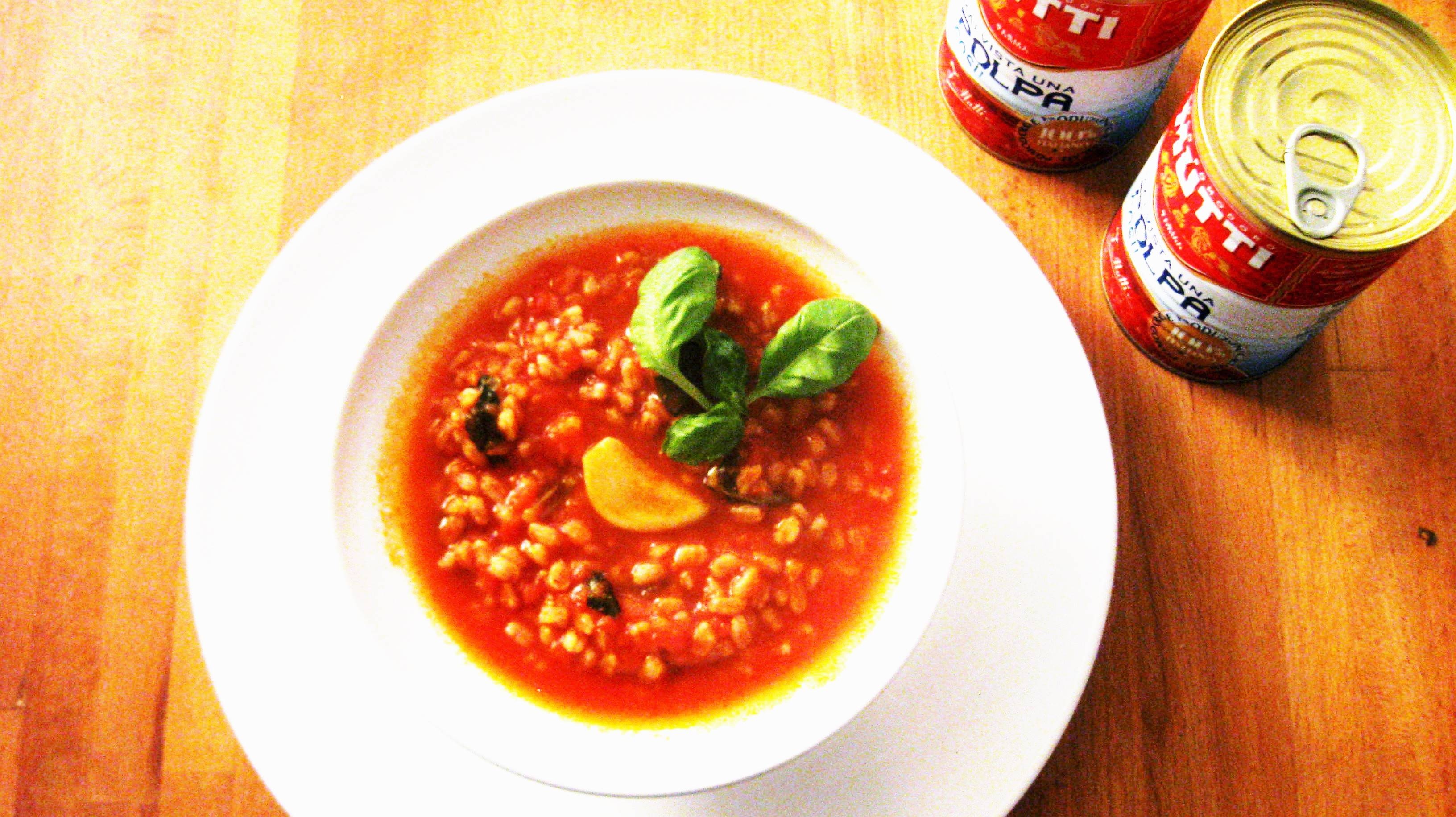 Una semplice Zuppa di farro con Polpa Mutti e basilico